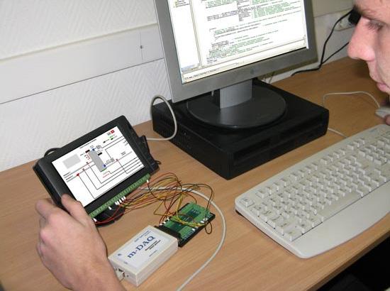 На LCD-панели отображаются объект, датчики, исполнительные устройства и виртуальные проводники